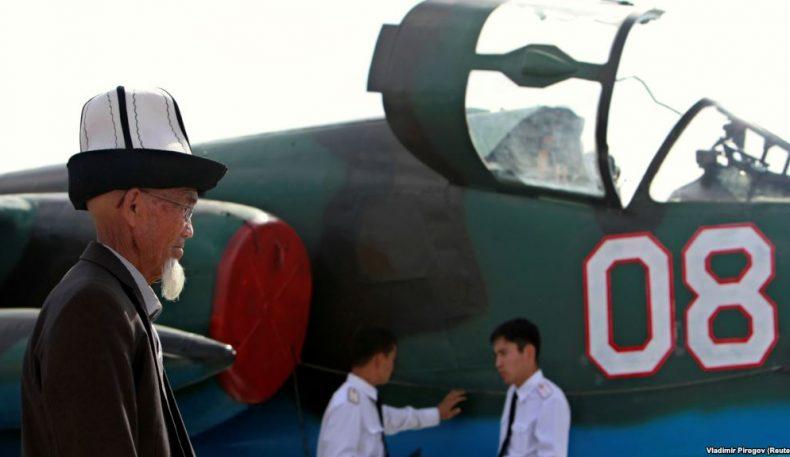 Қирғиз депутатлари: Президент ва спортчилар хорижда қирғиз қалпоқ кийиб юрсин