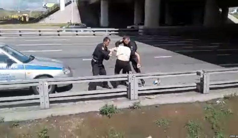 Москвада қўлида кишани бўлган тожик муҳожири полициядан қочди