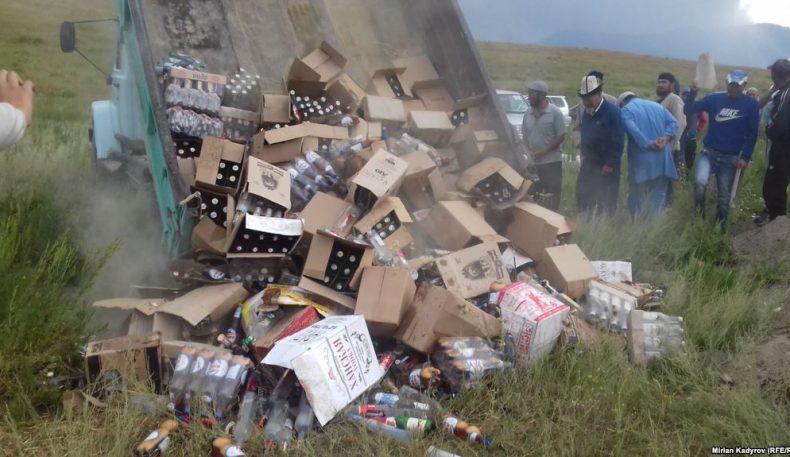 Қирғизистон: Эмгекчил қишлоғининг ёшлари дўконлардаги 500 минг сомлик спиртлик ичимликларни синдириб, йўқ қилишди