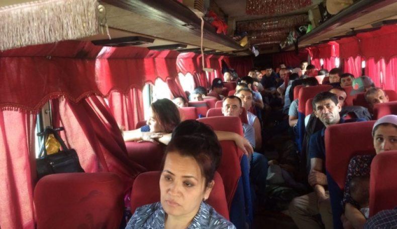 Ўзбекистонлик мигрантлар бўлган 10та автобус Омск областидаги чегарада бир неча кун ушлаб турилди