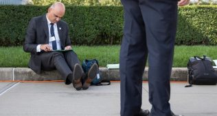 Швейцариянинг президенти ален берсенин ерда ўтиргани ижтимоий тармоқда баҳс мунозарага айланди