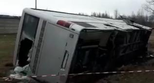 """Янгийўлда """"исузу"""" русумли автобус ағдарилиб кетди"""