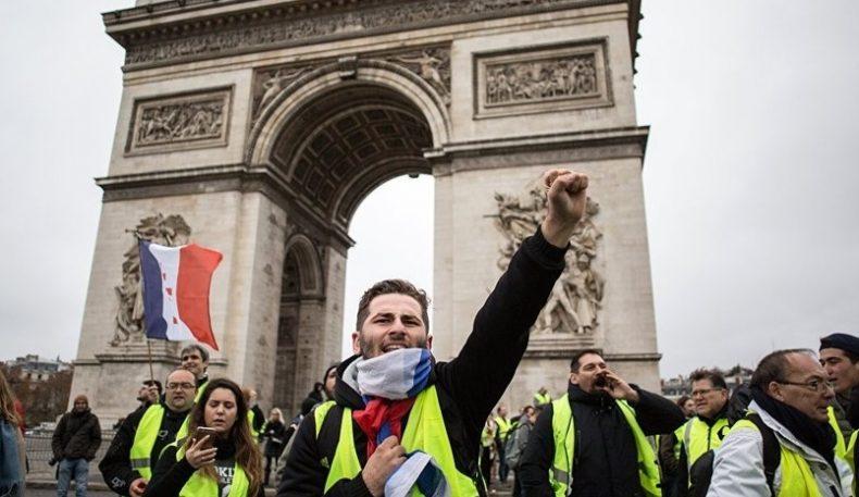 Французлар намойишидан сўнг ҳукумат бензин нарҳини оширмайдиган бўлди