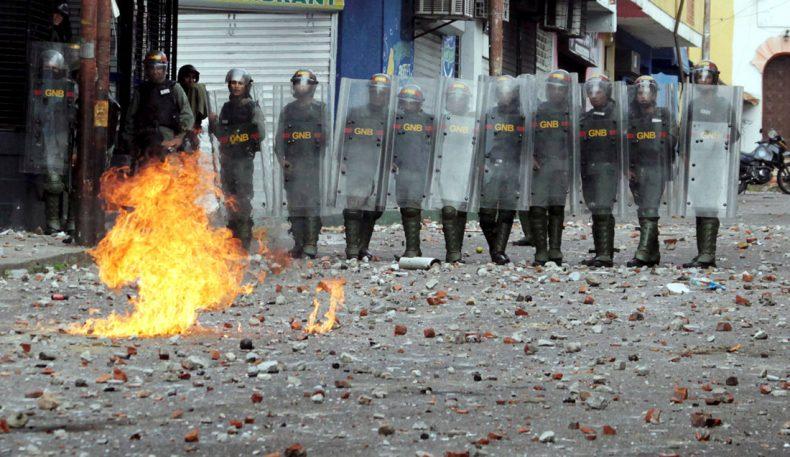 Венесуэлладаги намойишларда 26 киши ҳалок бўлди, Мадуро эса тахтни бўшатмаслигини айтди
