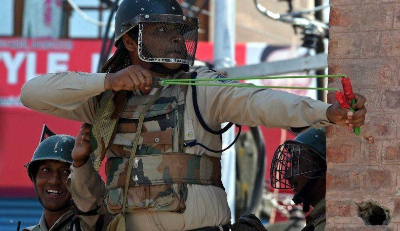 Ҳиндистонда полициячилар рогатка билан қуроллантирилдилар